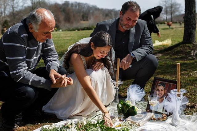 Mặc váy cô dâu đến thăm mộ hôn phu bị sát hại trước ngày cưới - Ảnh 2.