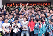 Hàng chục học sinh tiếp đón Khá 'bảnh' nồng nhiệt: Giới trẻ đang hâm mộ điều gì?