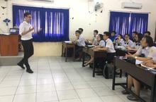 Học sinh đứng trên bục giảng trải nghiệm 'một ngày làm giáo viên'