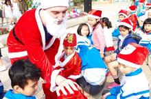 Học sinh xếp hình cây thông Giáng sinh, háo hức nhận quà của ông già Noel tại trường