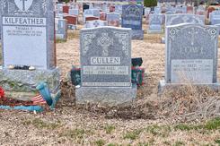 Rùng rợn người phụ nữ bị hút xuống nấm mộ của cha mẹ