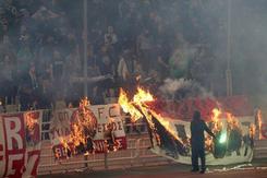 CĐV đốt phá khiến trận derby Hy Lạp kết thúc trong hỗn loạn